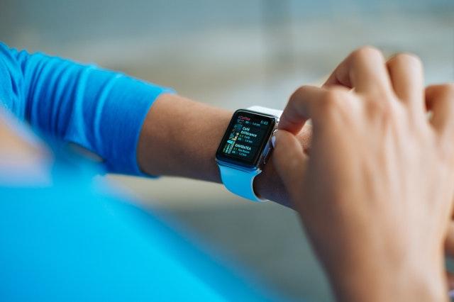 czym rozni sie opaska od smartwatcha